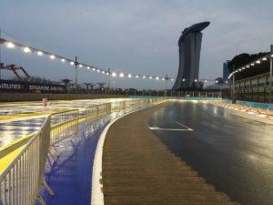 Ultima curva prima del rettilineo e della griglia di partenza, illuminazione della pista accesa! In distanza si può notare il famoso hotel di lusso Marina Bay Sands