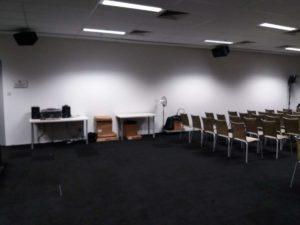 Particolare della Press Room con il nostro sistema audio locale specifico per i giornalisti dove quando c'è la conferenza possono collegare o posizionare davanti alle casse i registratori e avere così l'audio della conferenza sul loro dispositivo.