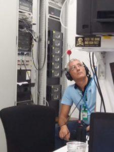 Sempre Giuseppe Corasaniti durante un momento di lavoro con le cuffie tiene sotto controllo l'audio pronto a mixare su differente sorgente in base al momento specifico!