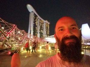 Selfie in notturna davanti al ponte che porta al Marina Bay Sand sullo sfondo!