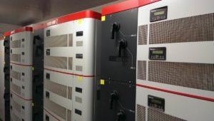 Questi sono i 3 rack presenti dentro le cabine di comando con ciascuno 6 inverter modulari da 55kw. Si possono notare i maniglioni di sicurezza per l'avvio e il fermo e i display che mostrano i dati principali di funzionamento! Prodotti Power-One