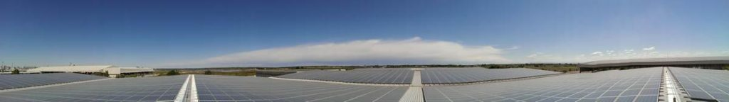 Panoramica dei pannelli fotovoltaici sul tetto del magazzino portuale
