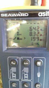 Strumento specifico per le misure su impianti fotovoltaico. Qua si può osservare la misura su una stringa (serie di N pannelli fotovoltaici) di Tensione, Corrente e Resistenza di Isolamento