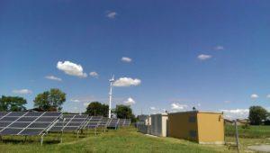 Impianto Fotovoltaico di S.Michele. Si possono notare qua i pannelli e le cabine (in questo caso separate) di comando con gli inverter e di trasformazione con il traformatore trifase.