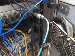 Cablaggi nel lato posteriore di uno dei rack della PA posizionati in vari punti strategici lungo il circuito chiamati PGU Area e collegati tramite fibra ottica alla regia. Qui però ci sono i controller e gli amplificatori che diffondono effettivamente l'audio in pista.