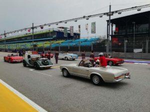 Prove della Drivers Parade con auto storiche dove i giornalisti intervistano i piloti prima della gara facendo un paio di giri di pista su queste auto vintage!