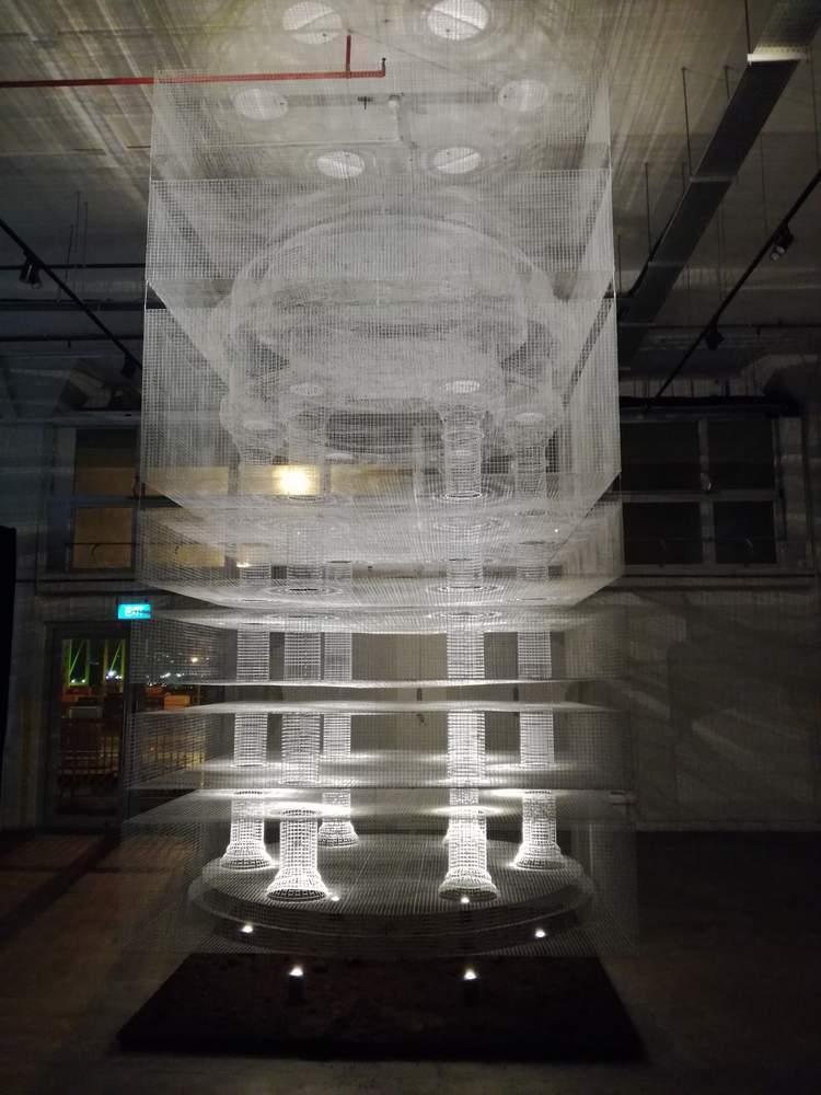 Opera di Edoardo Tresoldi 'Cube Temple' presso la sede di Cargo 39 (39 Keppel Road #03-03, Tanjong Pagar Distripark)