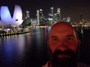 Selfie in notturna con sfondo skyline e l'ArtScience Museum!