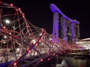 Marina Bay Sands illuminato di viola con ponte dna illuminato!
