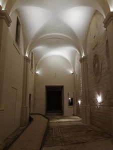 Illuminazione provvisoria nella vecchia chiesa che sarà da terminare in futuro