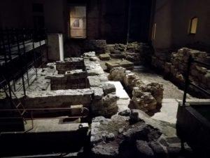 Resti archeologici nella parte esterna ma interna alla struttura