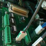 Particolare di settaggi interni attraverso microswitch della scheda di controllo nel rack modulare da 6 inverte da 55KW.
