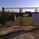 Ingresso impianto Fotovoltaico di Massa Lombarda con cartello dati impinato.