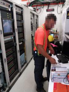 Collega in MDF2 dentro al PitBuilding in pratica il vano tecnico o meglio la regia da dove sia i tecnici Radio TETRA che i tecnici AUDIO PA ma anche gli altri tecnici della DZ Engineering avevano le strumentazioni e gli apparati necessari a supervisionare e controllare che i vari sistemi funzionassero correttamente. Qui infatti passano tutte le fibre ottiche sia per l'audio che per il video. Ci sono inoltre i pc adibiti alla supervisione del sistema digilux proprietario di supervisione dell'impianto di illuminaizone del circuito!