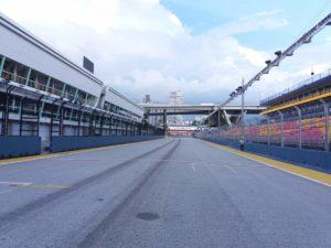rettilineo di partenza con a sinistra il Pit Building e a destra le tribune!