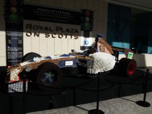 Auto da F1 a dimensione reale esposta davanti a un Hotel di Singapore fatta interamente in conchiglie e gusci di crostacei