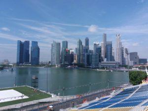 Foto della Baia di Singapore con la skyline dei palazzi dalla tribuna di fronte al floating!