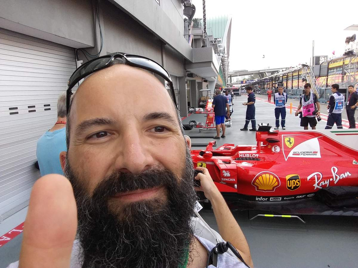 Apro la porta della nostro vano tecnico MDF2 e mi vedo la Ferrari dietro. Selfie d