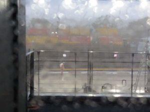Responsabile di pista davanti alla griglia di partenza sotto l'acquazzone terrificante scatenatosi subito dell'orario di partenza del Gran Premio!